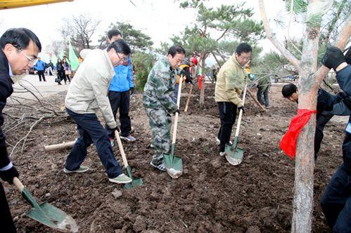 延吉市级领导参加春季义务植树