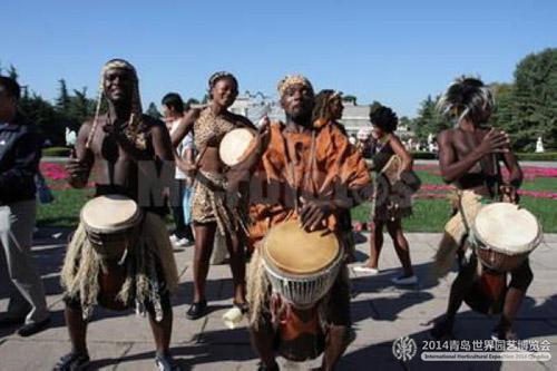 展园演艺广场上设置非洲鼓展示区,游客可以现场敲击非洲鼓
