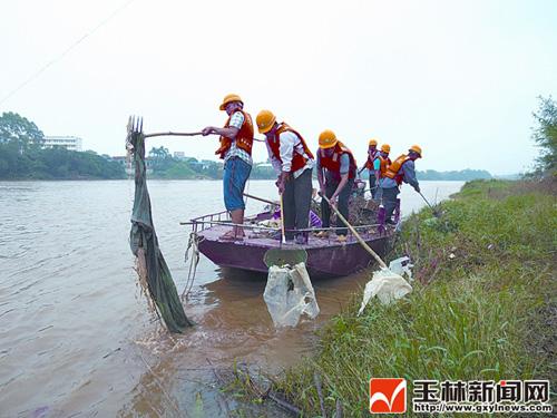 玉林博白县组建专业打捞队清洁河道图片