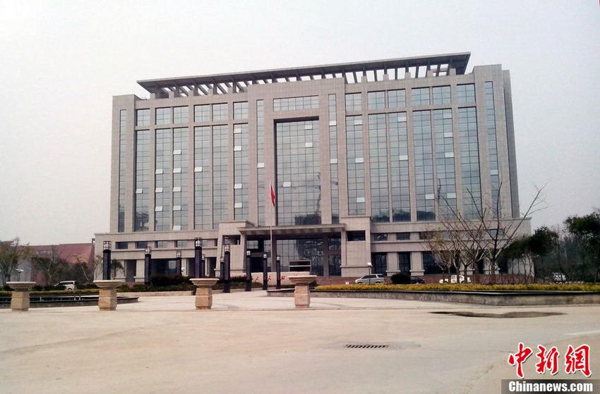 """图为当地民众称这是""""财政大楼"""",但台前财政局称是综合办公楼。董飞 摄"""