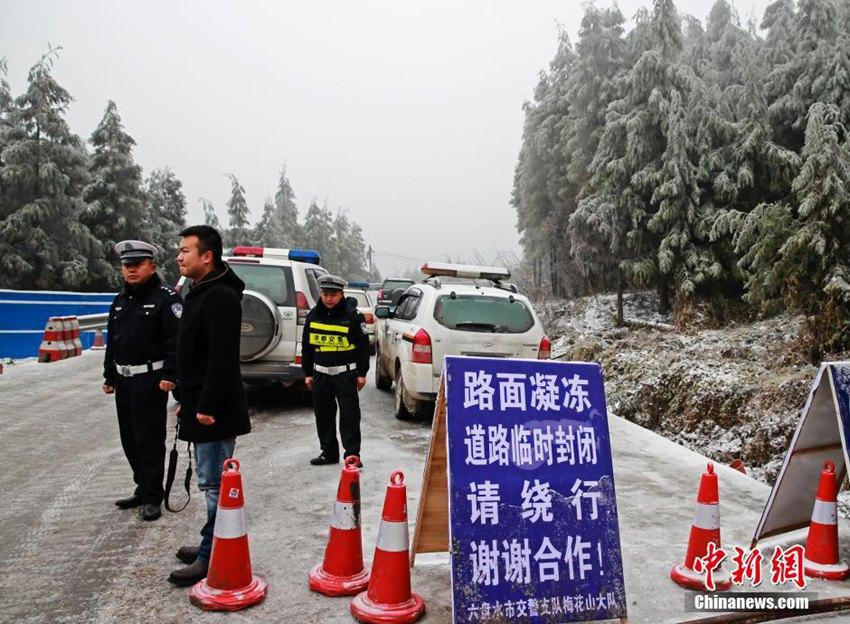 高清 贵州省道凝冻达3厘米 严重影响车辆通行