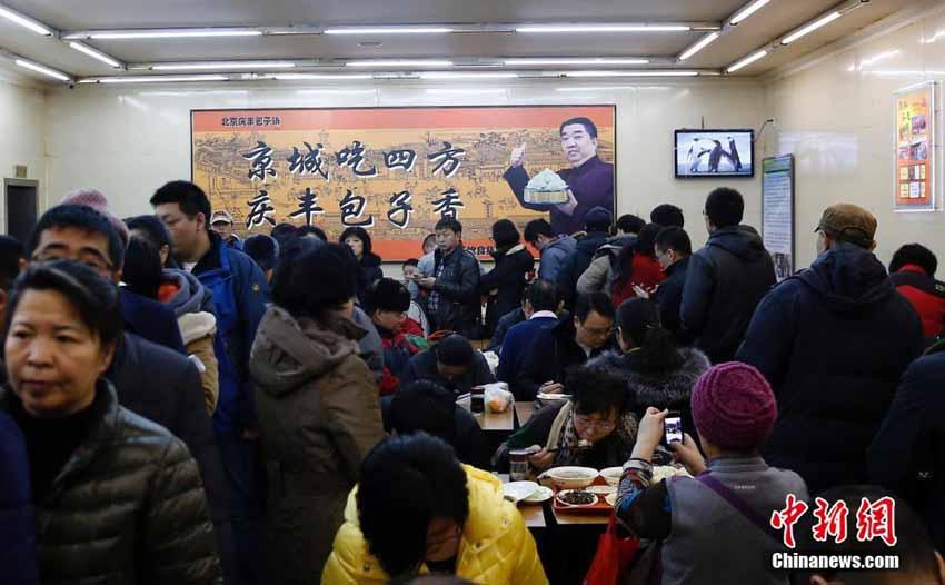 0日,北京庆丰包子铺月坛店内众多市民排队,需要等上一小时才能