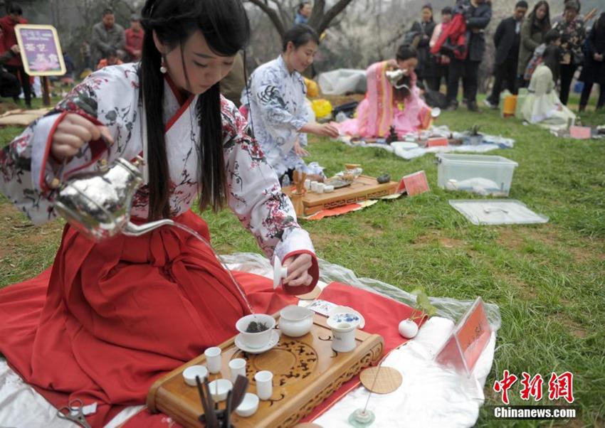 高清:武汉美女着古装展茶艺+引市民围观【2】