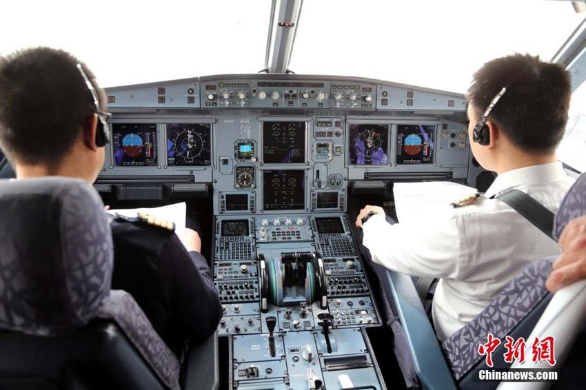 公司的机组人员正在青海省海西州德令哈机场调试飞机