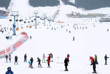 地方领导 专题策划 亚心之都    乌鲁木齐冬季雪期长,雪场距离城市近