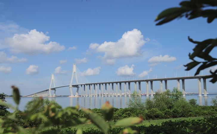 湛江是我国大陆南端的港口城市,为全国首批对外开放的沿海城市,国家一类大市,全国综合实力50强城市,中国优秀旅游城市、国家园林城市、全国双拥模范城市、全国绿化达标城市、中国十佳绿色城市、中国城乡建设范例城市、中国十大低碳生态城市、中国十佳绿色生态城市、中国人居环境范例城市和广东省卫生城市、广东省文明城市。 湛江有六大城市特色: (一)湛江是得天独厚的港口城市。湛江港是粤西和环北部湾地区最大的天然深水良港,港池开阔,岸线绵长,屏幛良好,浪静水深,终年不冻。已建有30万吨级深水航道、两个30万吨级陆岸油码头和2