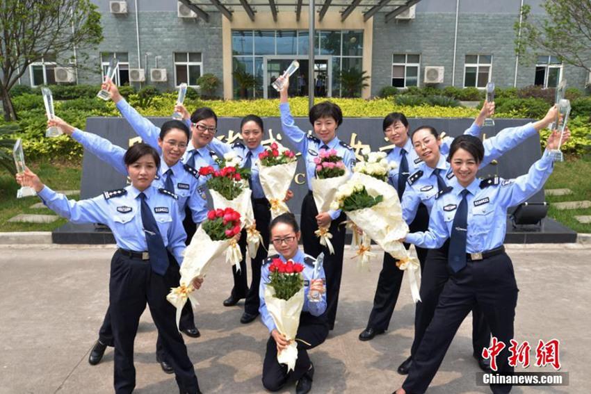 高清:成都女子监狱举行十朵最美铿锵玫瑰命名仪式