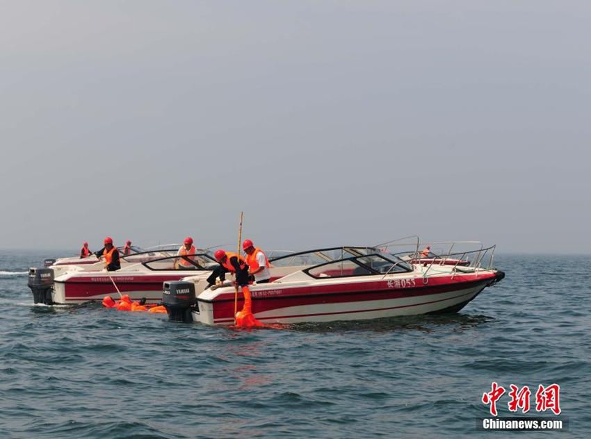 6月24日,烟台市海上搜救中心在烟台市长岛县海域举行旅游客船火灾