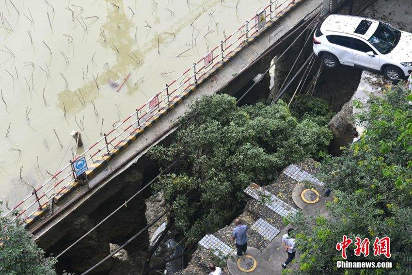 高清:暴雨致成都一工地塌陷 数辆轿车坠入深坑【7】