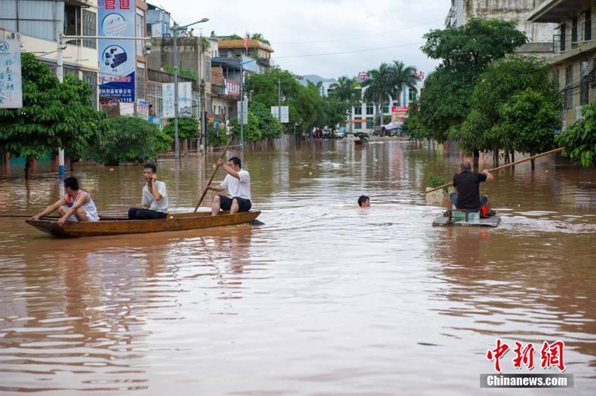 7月21日,受威马逊残留云系影响,广西降雨持续,导致部分河流上涨超出警戒水位。流经崇左市宁明县的明江洪水暴涨,将县城、乡镇低洼地带淹没。截至21日晚19时,县城明江最高水位为120.48米,超出警戒水位4.48米,河流将沿岸房屋、道路淹没,当地居民被困家中。当地政府已组织人员转移安置被困居民,运送饮用水以及食品。 热点新闻