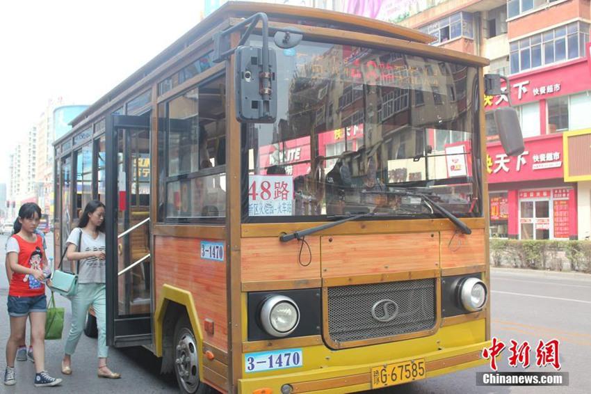 圆圆的车灯,仿木纹的外观,木质的座椅近日,河南省新乡市惊现复古仿木质公交车,众多小木车穿梭于大街小巷成为马路上的明星,被市民称赞萌萌哒。不少网友羡慕不已,期盼自己所在城市也能拥有这样的公交车。 据了解,新乡的小木车实为仿古型观光车,除别致的外观与内饰外与普通公交车无异,车身主要部位均为钢结构,行驶中不存在安全隐患。目前,新乡市共有仿木质公交车40辆,分别在48路、环一、环二线路上运行。