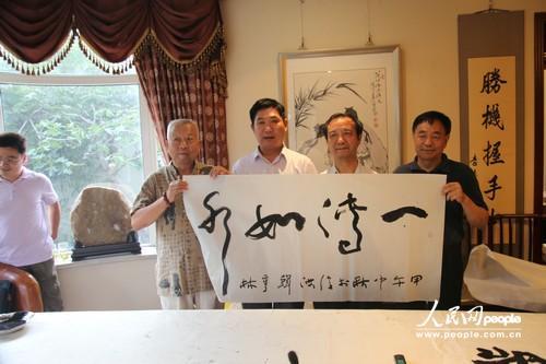名誉院长韩亨林(左三)为中国廉政法制研究会清风书画院题字祝贺。左一常务院长王希坤,左二执行院长宋道胜,左四院长肖建国