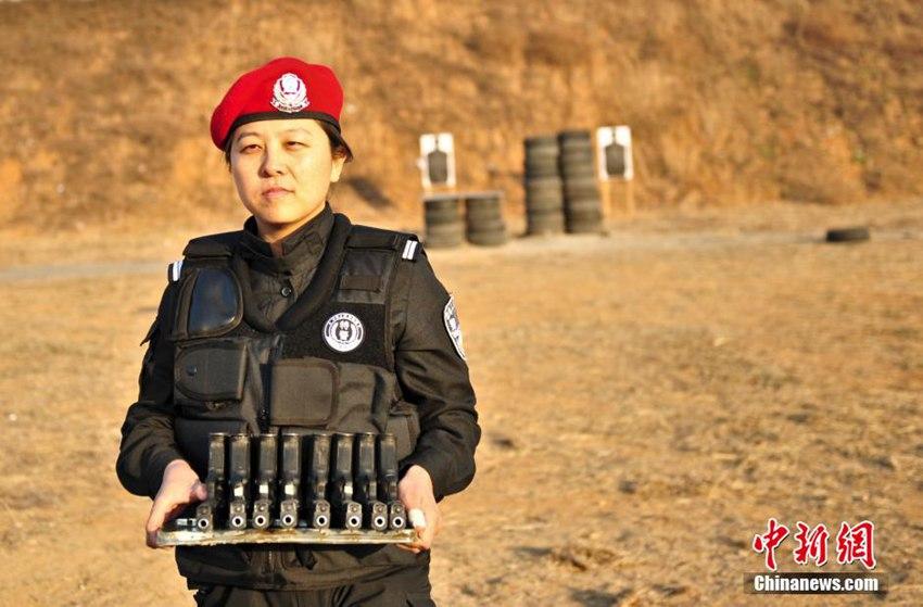 高清:济南女特警快手出枪弹无虚发