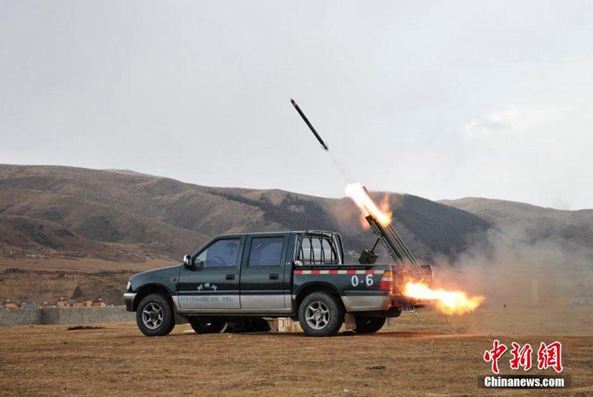 图为人工影响天气火箭弹发射出膛.中新社发