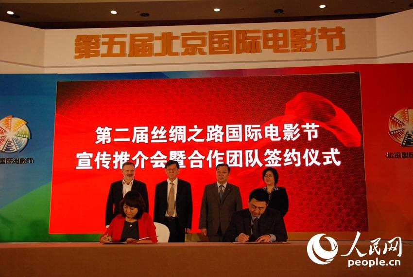 人民网北京4月22日电(方开燕)今天,第二届丝绸之路国际电影节推介会暨合作团队签约仪式在北京举行。签约仪式上,福州市副市长、第二届丝绸之路国际电影节执委会常务副主任陈晔介绍了本届电影节主要活动内容筹备情况及下一步工作的计划和安排。 据介绍,丝绸之路电影节是我国三个国际性电影节之一,从2014年开始每年举办一届,由西安和福州轮流举办,今年是第二届,将于9月22日-26日在福州举办。本届电影节旨在通过举办国际性、综合性、创新性、开放性的电影主题活动,打造中外电影艺术展示的平台、中外电影合作的平台和中外电影贸