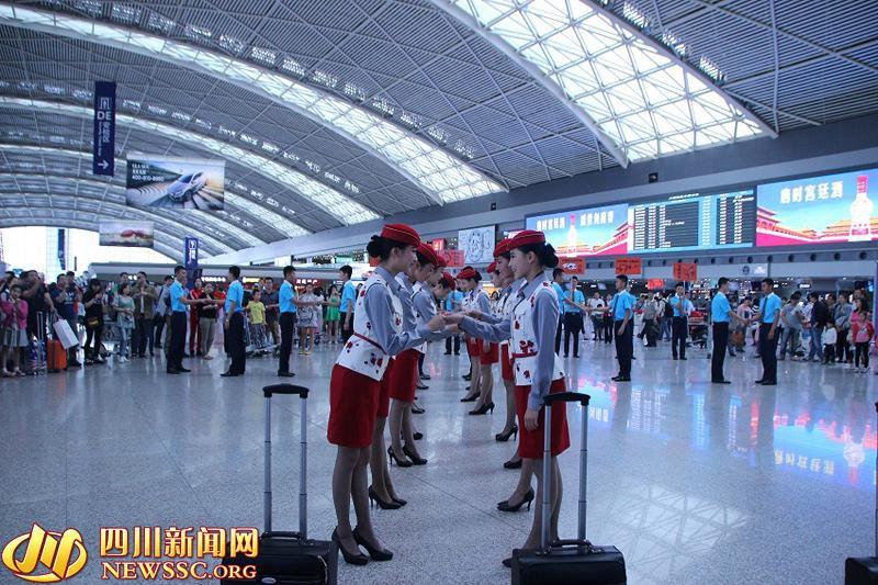 高清:空姐空少机场热舞小苹果 呼吁不做任性