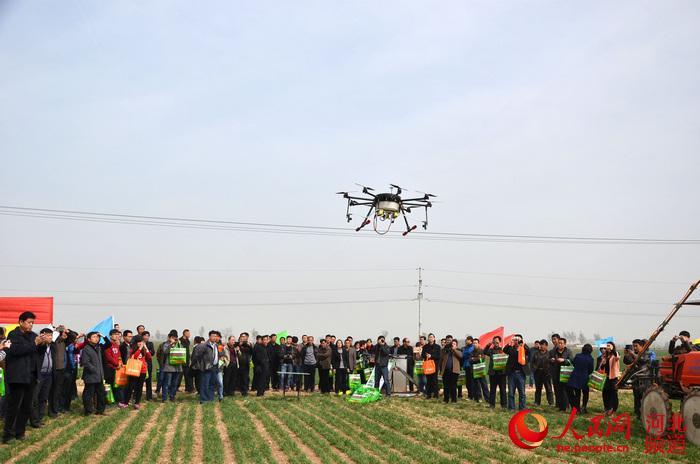 在河北省邢台市隆尧县,技术人员正在操作大型自走式喷杆喷雾飞机进