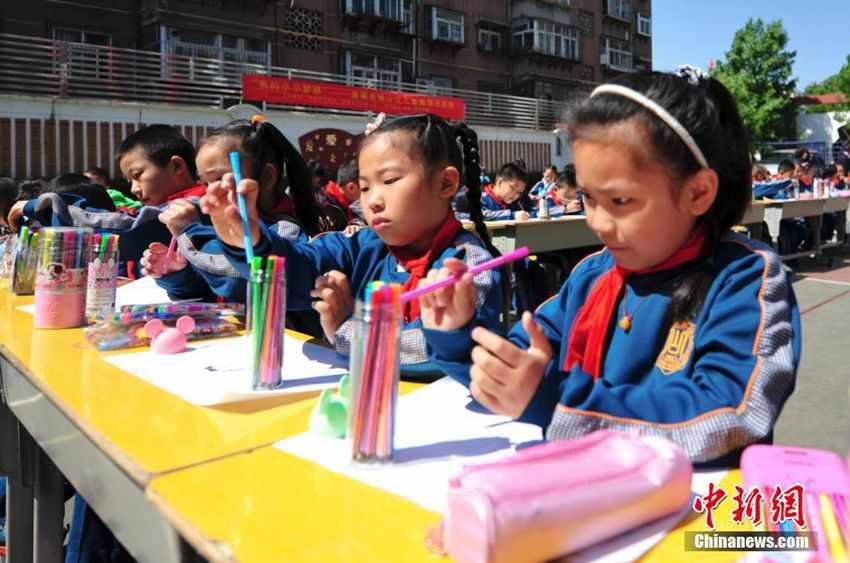 高清 济南小学生摆公交车图形绘梦想驶向未来
