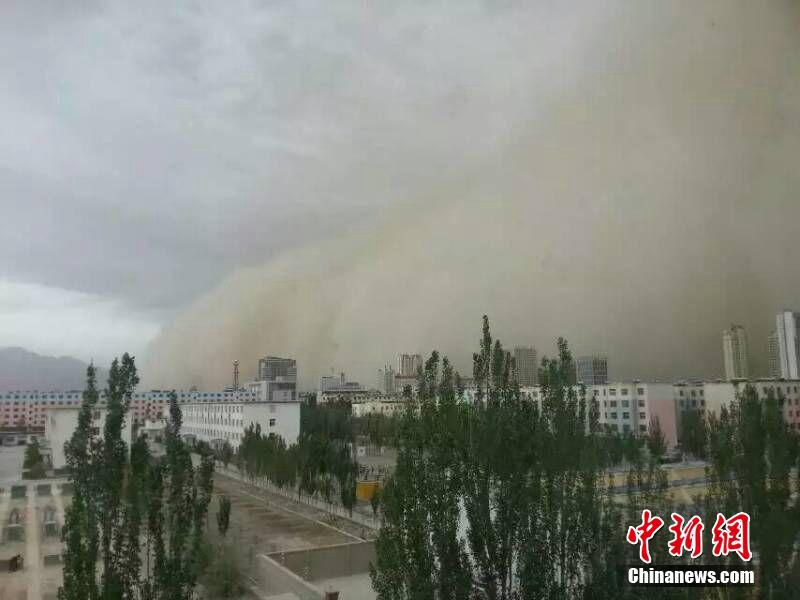 青海格尔木境内8级大风引发沙尘暴恍如大片