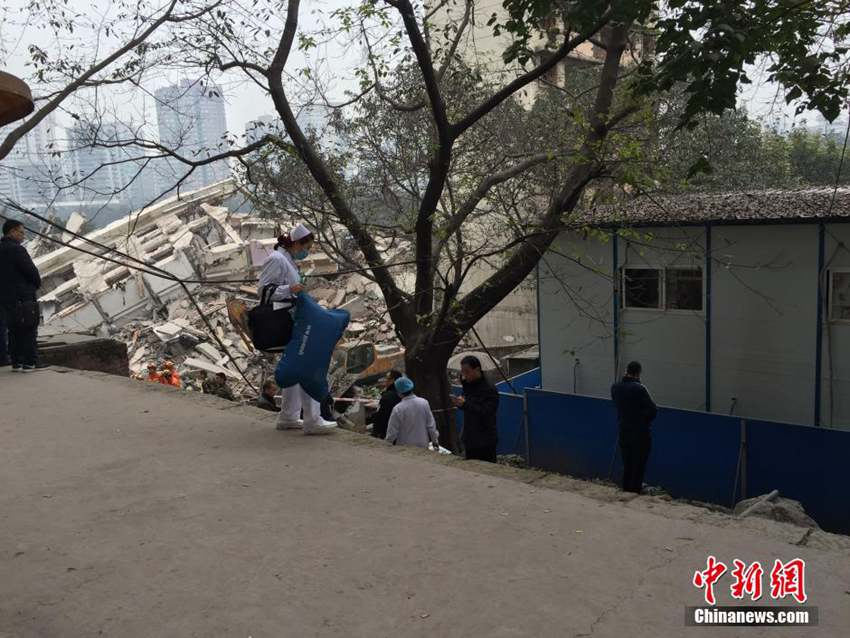 高清 重庆主城一拆迁房坍塌 造成人员被困图片