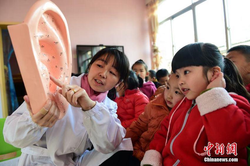 为孩子们讲解耳朵的生理结构