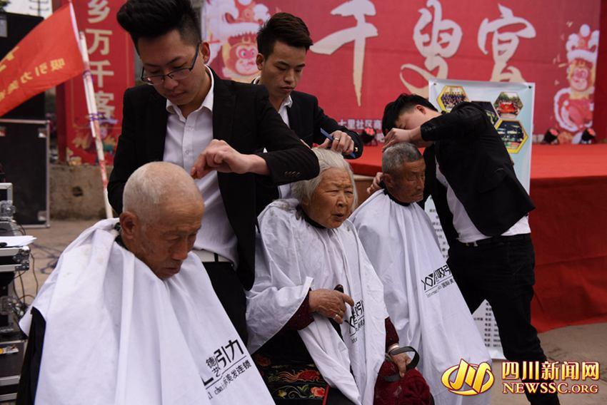 免费为老人剃头发图片