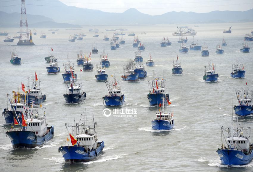 经朱家尖海峡大桥海域,赴东海渔场捕捞虾蛄,虾类,梭子蟹等水产品.