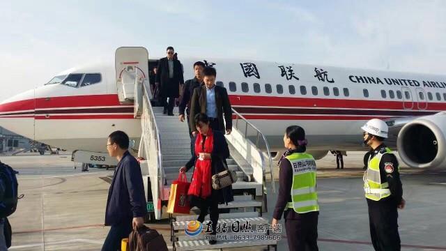 日照机场迎来第一班从北京南苑机场来的飞机