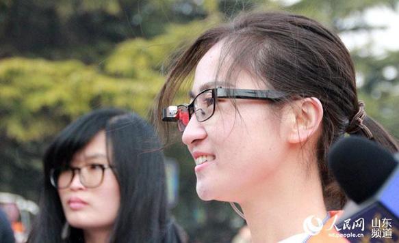 """两会奇观:记者用""""眼镜""""直播踩""""高跷""""拍照"""