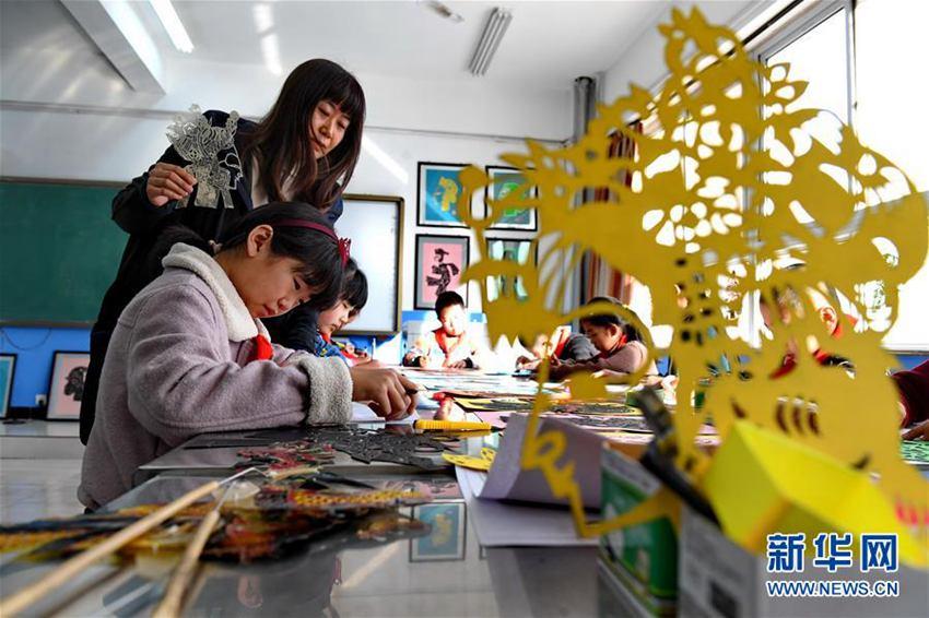 3月1日,河北滦县中山实验学校学生学习制作皮影戏道具.