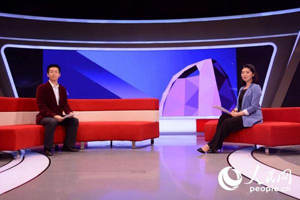 国家行政学院中国领导科学研究中心副秘书长雷强与人民网主持人在演图片