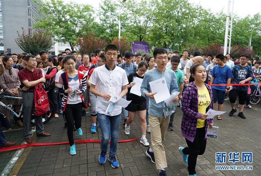 2017年6月11日,参加东南大学2017年自主招生学科基础测试、综合评价学科能力测试的考生进入考场.