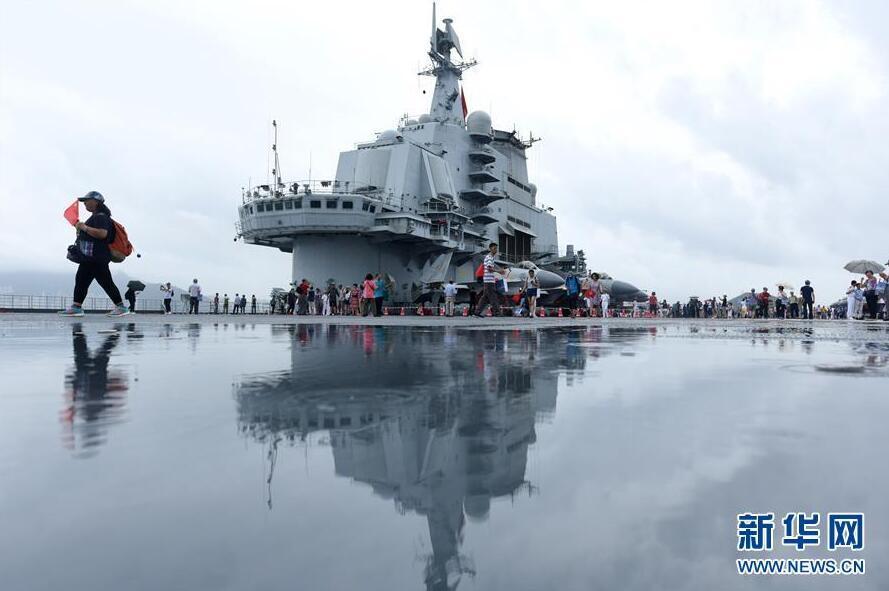 当日,中国首艘航空母舰辽宁舰在香港开始向公众开放.-辽宁舰向公