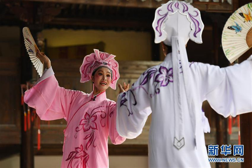 9月13日,戏曲演员表演越剧《梁祝·十八相送》.