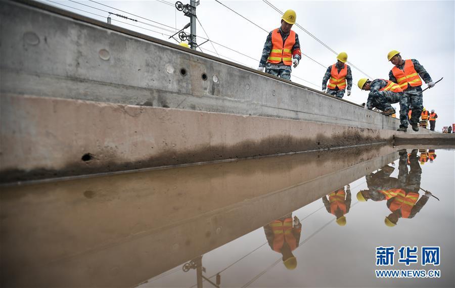 高清组图 成贵高铁乐山至贵阳段进入铺轨施工阶段