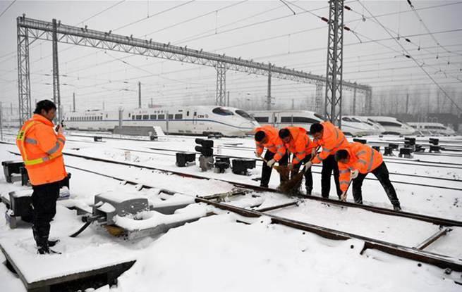 合肥:清扫铁路积雪保安全