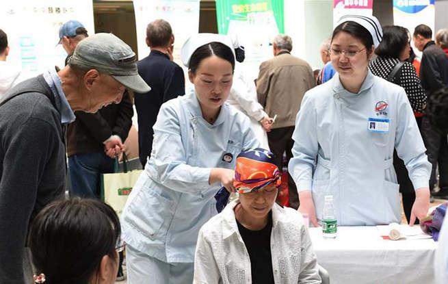 南京:护理义诊迎接护士节