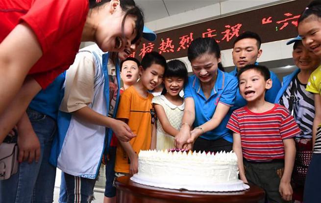 江西南昌志愿者爱心陪伴特殊儿童