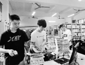 玉林高中生暑假到图书馆体验生活高中体检内科图片