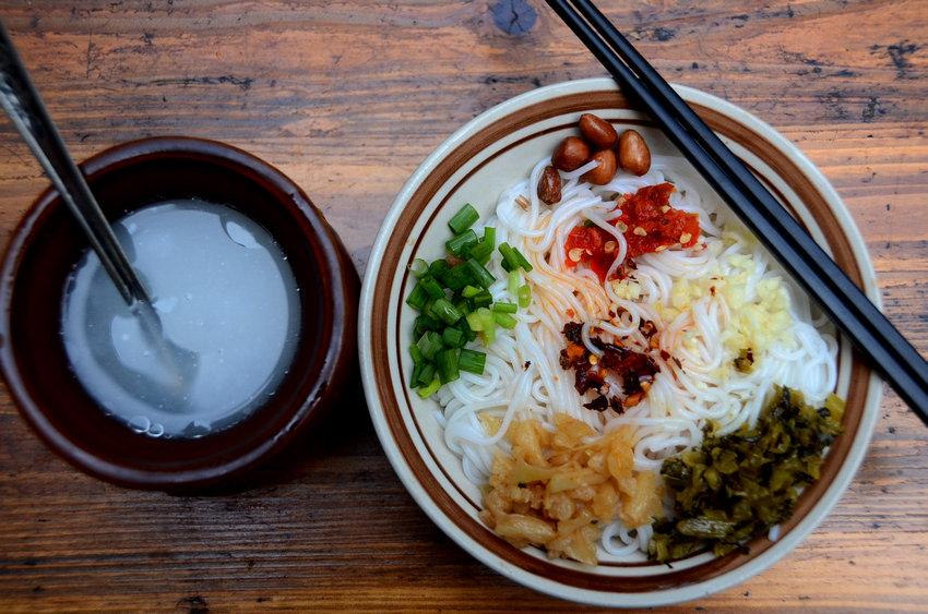 一碗拌粉,一个瓦罐汤,就是南昌人传统的早餐模式。拌粉2.5元,鸡蛋肉饼瓦罐汤3.5元,6元钱就开启了南昌市民知足、美好的一天。