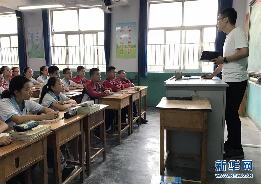 9月3日,寿光市田马初中教师潘艳明(右)给学生们上新学期第一课.