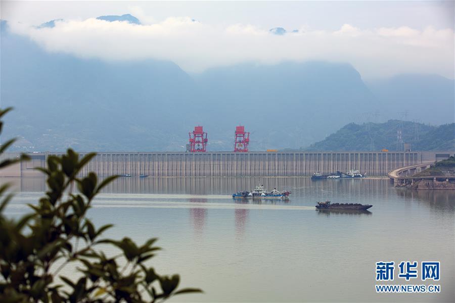 9月10日,在湖北省宜昌市秭归县,清漂船舶在三峡大坝前清理水上漂浮物。
