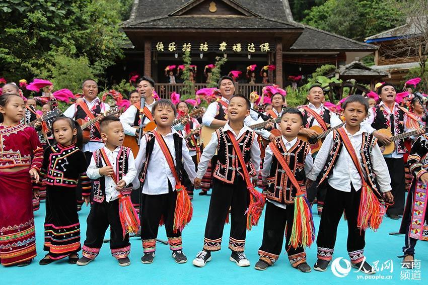 老达保村寨的群众向游客演奏民族歌曲。(人民网  李发兴 摄)