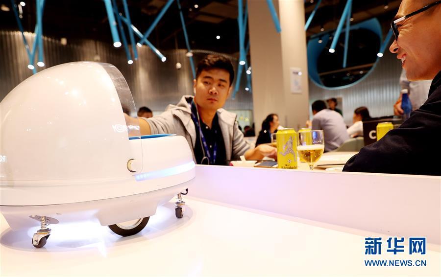机器人餐厅现身上海国家会展中心