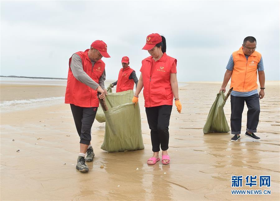 【高清】福建晋江:海滩义工 清理垃圾
