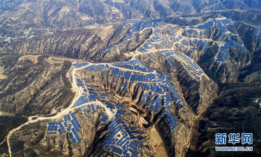 陕西绥德义合镇霍家坪村光伏扶贫多村联建电站(11月7日无人机拍摄)。