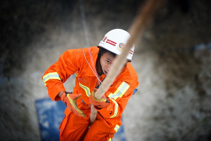福建某消防队队员进行绳索攀爬训练。 余杉芳 摄