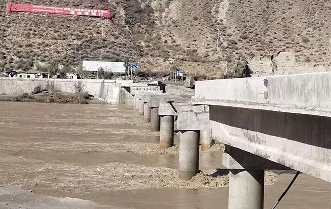 白格堰塞湖泄洪毁桥致国道318线断道