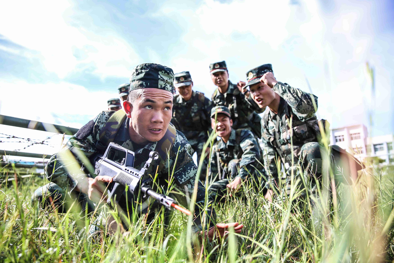 新兵正在进行训练。驻滇武警某部供图