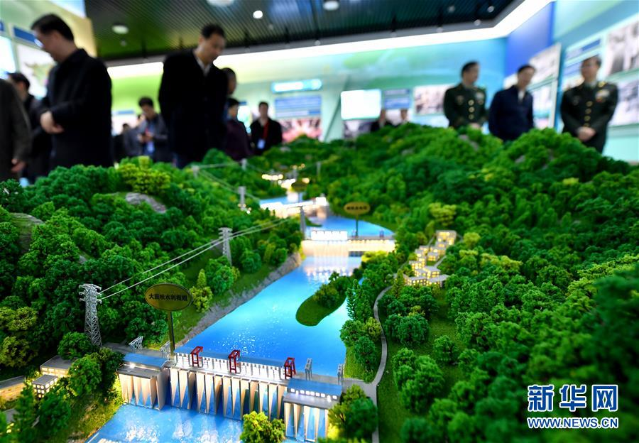 12月10日,观众在参观红水河梯级电站沙盘。